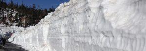 雪が積もる山あいの風景